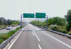 Cartello autostradale che sengala l'uscita del casello di San Benedetto del Tronto-Ascoli Piceno